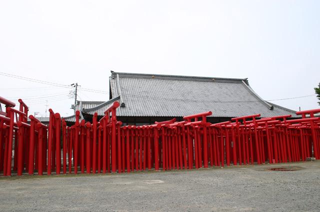 或神社周围的木栅栏处