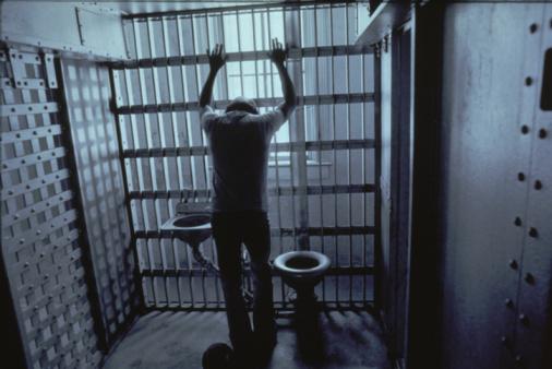감옥 에서는 하루의 대부분의 시간을 4 평 짜리 ...