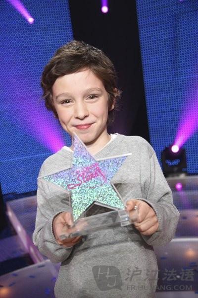 明朗甜美的笑容让人们记住了这个可爱的小男孩,而一首首经典歌曲在他
