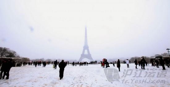 法国巴黎的埃菲尔铁塔在风雪中若隐若现