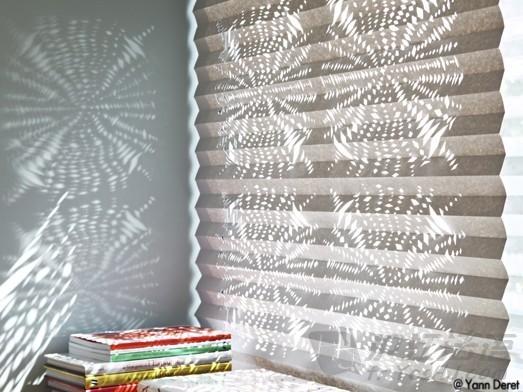 在大幅白色牛皮纸上用油彩笔画上缝纫的线条和点,当然也可以选择白