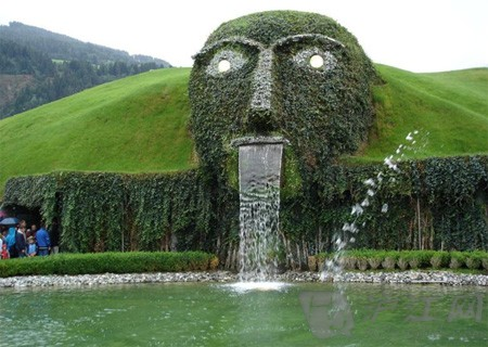 草坪人脸喷泉