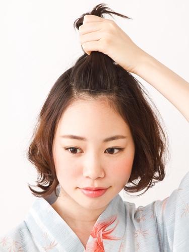 夏日来临,一年一度的烟花大会也即将到来。女孩子们穿上可爱的浴衣出门观赏烟火,该配什么样的发型才好呢?上次给大家介绍了一款成熟型的中长发,短发的童鞋们也不要急。马上小编就为大家带来这款既简单又好看的短发发型。来看看吧。 沪江日语阅读提示:双击或划选日语单词,查看详细解释,并可收录进生词本以供记忆学习。